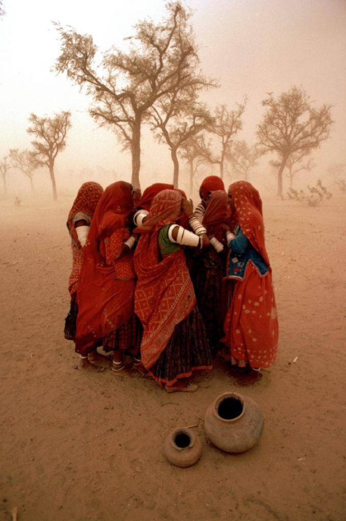 """""""Dust Storm"""" di Steve McCurry: la lotta contro la natura"""