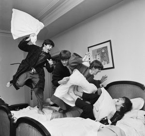 'The Pillow Fight' di Harry Benson. Il volto dei Beatles dietro le quinte