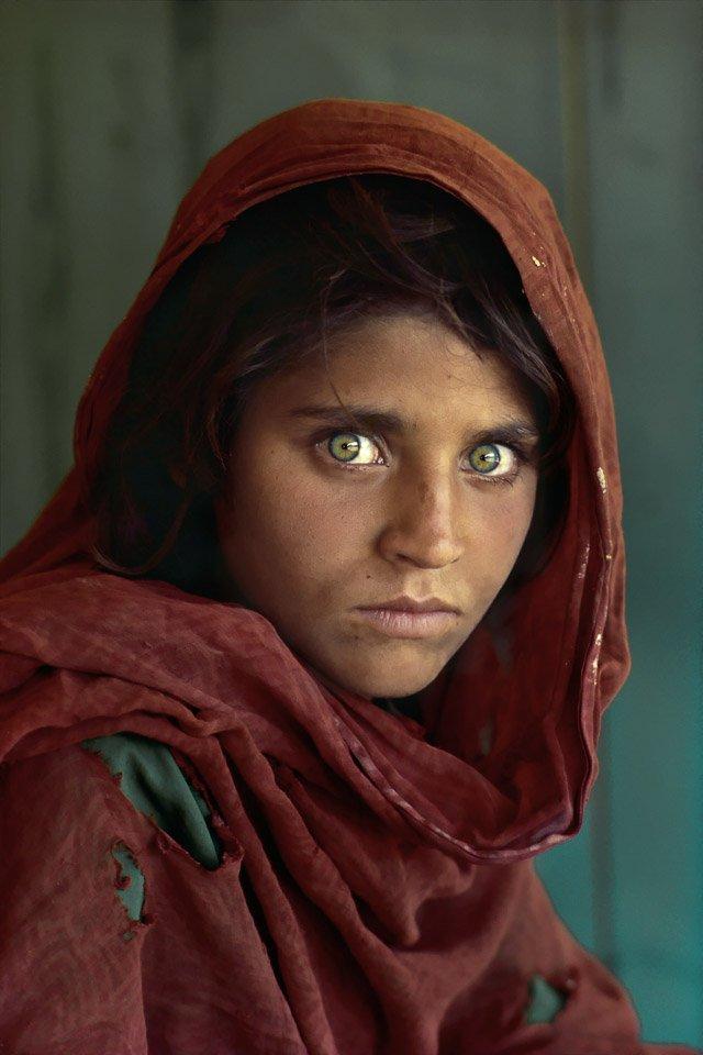 """""""Ragazza afgana"""" di Steve McCurry, occhi inquieti che scavano nell'anima"""