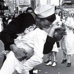 """""""V-J Day in Times Square"""" di Alfred Eisenstaedt, bacio tra marinaio e infermiera"""