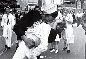 'V-J Day in Times Square' di Eisenstaedt, un bacio di speranza