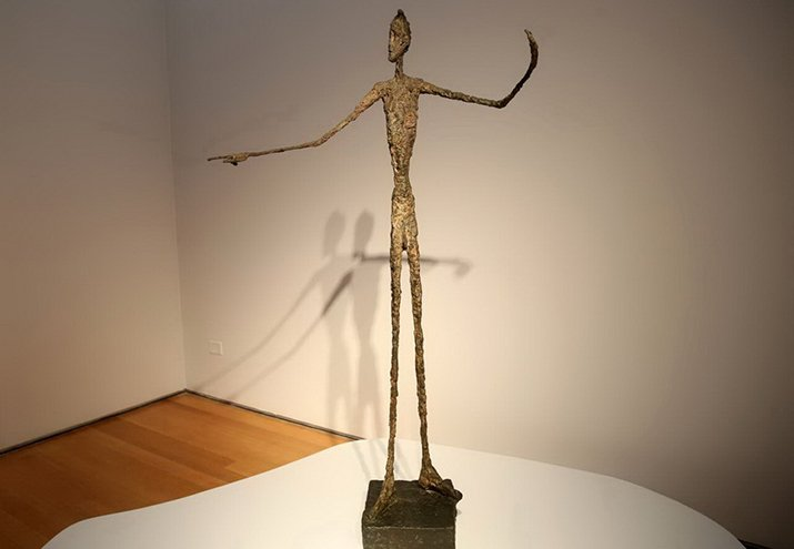 L'homme au Doigt di Alberto Giacometti, l'essenzialità colta oltre il visibile