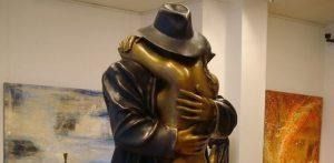 'L'abbraccio – Il ritorno' di Bruno Bruni. Scultura d'amore e dolore
