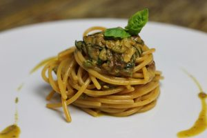 'Mostobuono' attira col design e conquista con la cucina