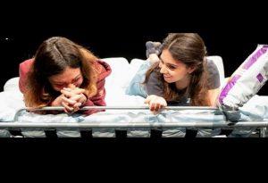 'Due amiche' di Tambasco. Pensieri critici su un divano letto