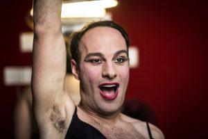 'Battuage' di Joele Anastasi irrompe a teatro e desta gli animi
