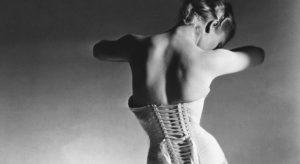 'The Mainbocher Corset' di Horst P. Horst. La beltà senza volto