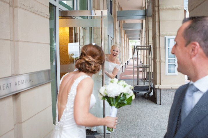 "Fotografia di matrimonio. ""Two brides spot each other"" di Julie Lippert"