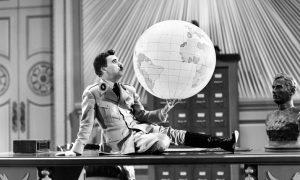 """""""Il Grande Dittatore"""" di Chaplin. Una satira coi baffi per l'umanità"""