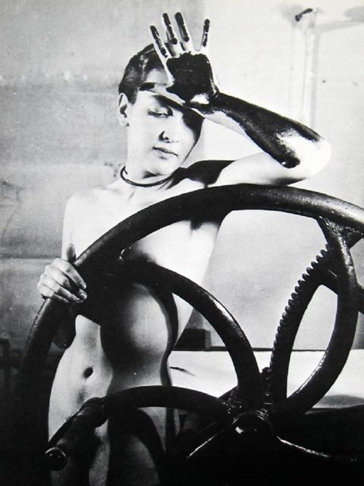 L'artista surrealista Meret Oppenheim, Man Ray, 1933