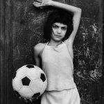 """""""Bambina con pallone"""" di Letizia Battaglia. Le foto della Sicilia"""