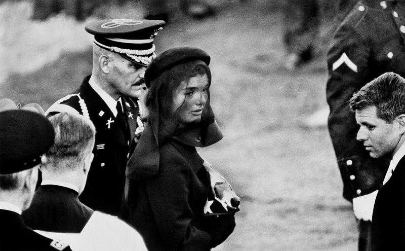 Jacqueline Kennedy at John of Kennedy's funeral di Elliott Erwitt