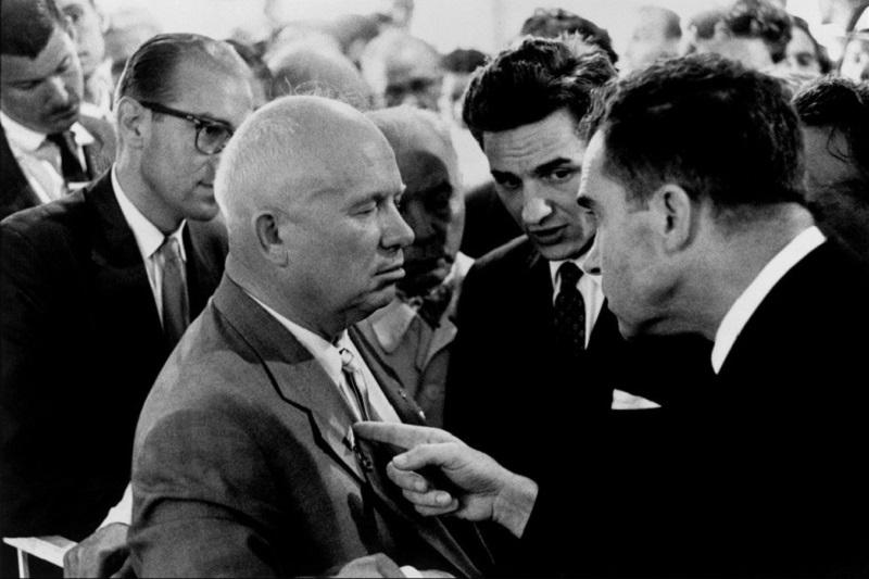 Nikita Khrushchev e Richard Nixon di Elliott Erwitt