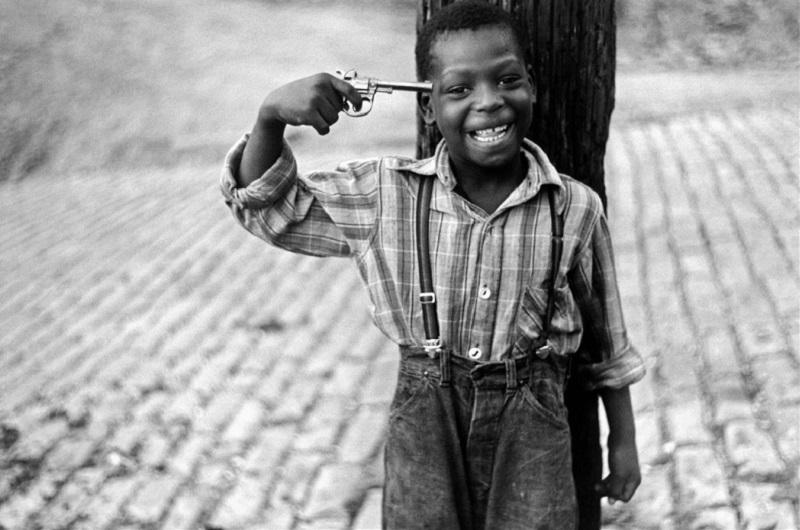Bambino con la pistola di Elliott Erwitt