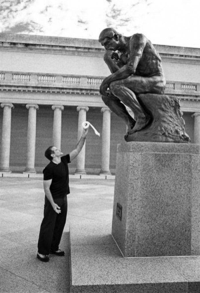 """Un dissacrante Robin Williams con la statura """"Il Pensatore"""""""