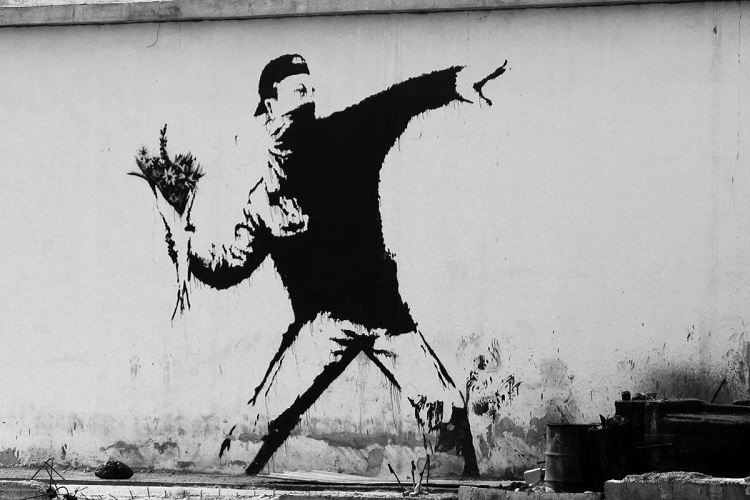"""Il lanciatore di fiori - Flower Thrower"" di Banksy"