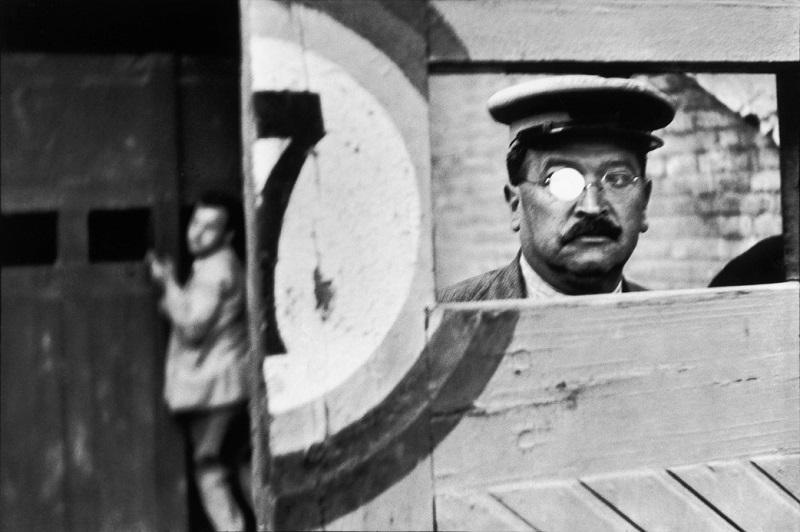 SPAIN. Valencia. 1933. Inside the sliding doors